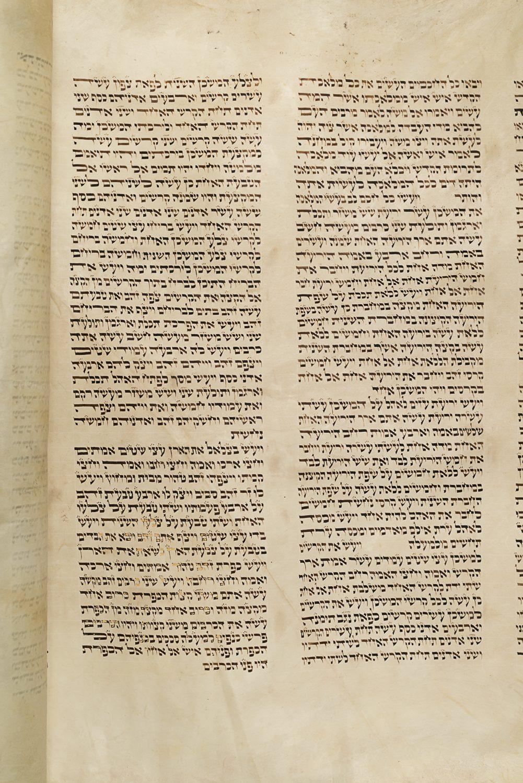 Écrite à la main sur un papier parchemin, la Torah détient les commandements bibliques de la religion juive. Sa forme écrite comprend cinq livres qui transmettent le message de Dieu dicté à Moïse. (Photo : Peter Berra)