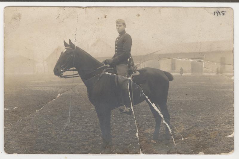 Sandor Vadasz photographié sur un cheval en uniforme militaire en 1915.