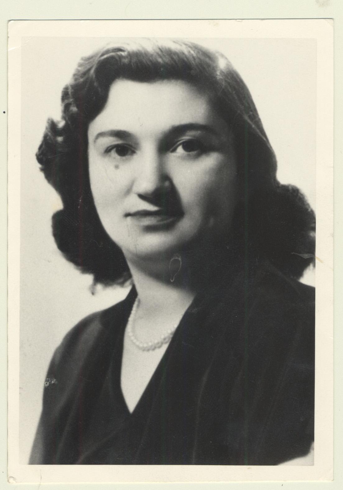 Portrait de Jennie Liftschitz, 22 ans, à Montréal après la guerre.
