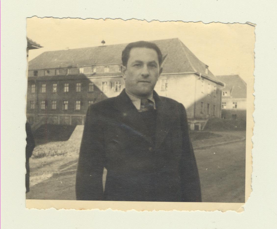 Portrait de Sender Mines au camp de personnes déplacées de Neustadt vers 1950.
