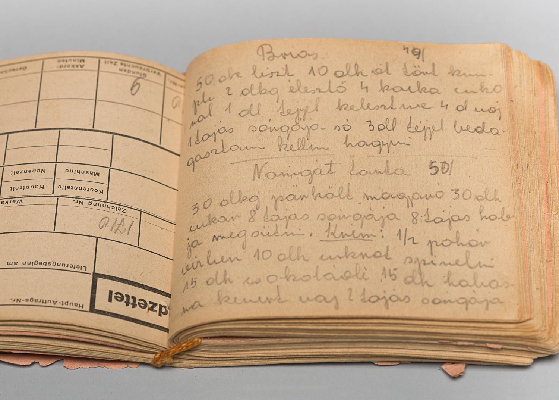 Dans son baraquement, Edith prend le temps de rassembler dans un livret les recettes qu'elle aimait préparer avant la guerre. Elle demande également à ses codétenues de lui réciter leurs recettes préférées. (Photo : Peter Berra)