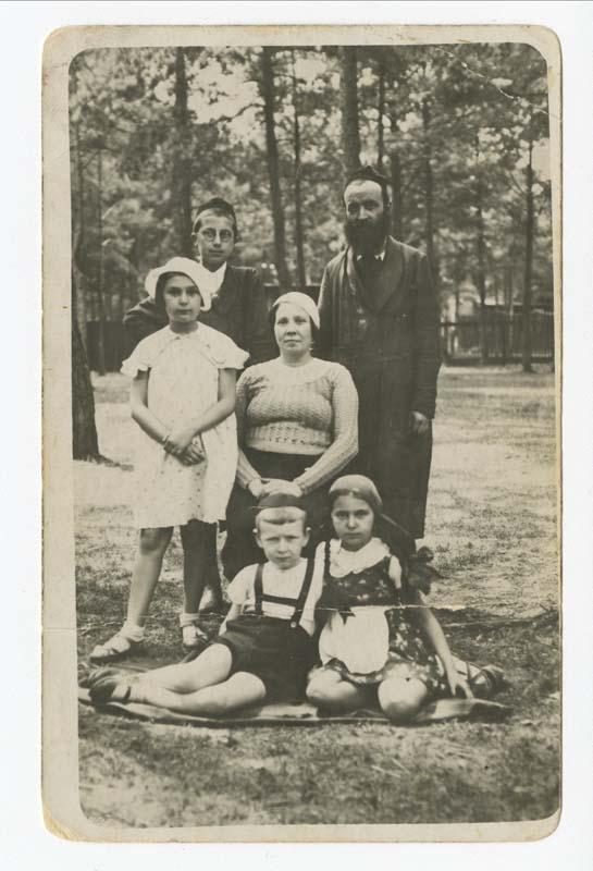 La famille Parzenczewska, en 1934, pendant les vacances d'été dans la campagne près de Lodz. Nachum, le benjamin de la famille, et Eva se trouvent au premier plan. Au deuxième plan se trouvent Ruth et Malka, la mère de la famille. Yakov et Jechiel, le père de famille sont derrière celles-ci.