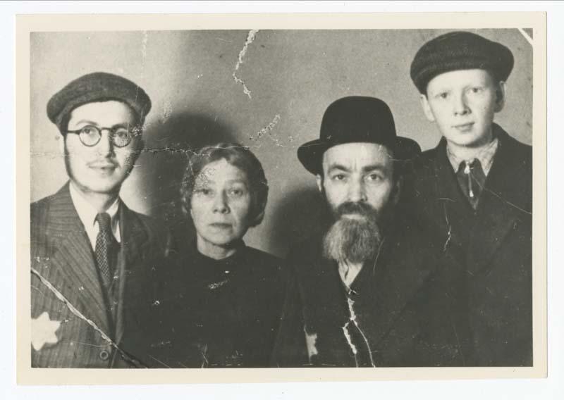 La famille d'Eva Majerczyk peu de temps après la fermeture du ghetto de Lodz en 1940. De la gauche à la droite : Yakov, Malka, Jechiel et Nachum. Après la guerre, Eva découvre que son père et que son frère aîné sont morts dans le ghetto de Lodz. Sa mère et son frère cadet, quant à eux, ont été déportés à Auschwitz et ne sont jamais revenus.