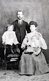 Née dans une famille juive immigrante, Léa Roback est la deuxième d'une famille de 10 enfants.