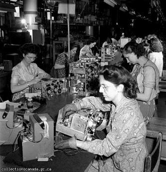 De 1941 à 1952, Léa est employée comme ouvrière à l'usine RCA Victor dans le quartier Saint-Henri. On y produit des appareils de communication à des fins militaires.