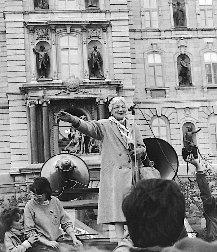 En 1976, Léa prend sa retraite. Pendant les 20 années suivantes et tant que sa santé le permet, Léa Roback poursuit ses engagements militants.