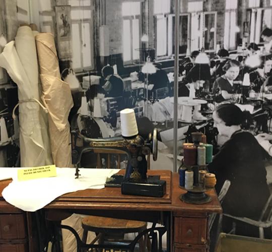 De 1936 à 1939, Léa Roback devient organisatrice et responsable du service d'éducation à l'Union internationale des ouvriers du vêtement pour dame (UIOVD).