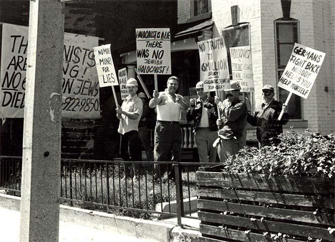 Négationnistes de l'Holocauste manifestant à Toronto. Canada, mai 1981. Photographe: Ben Lechtman. Source: Archives nationales du Congrès juif canadien, CC.