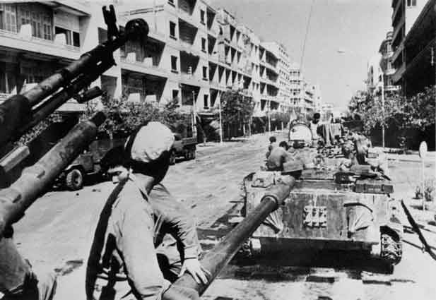 The Khmer Rouge army invades Phnom Penh. © DCCAM