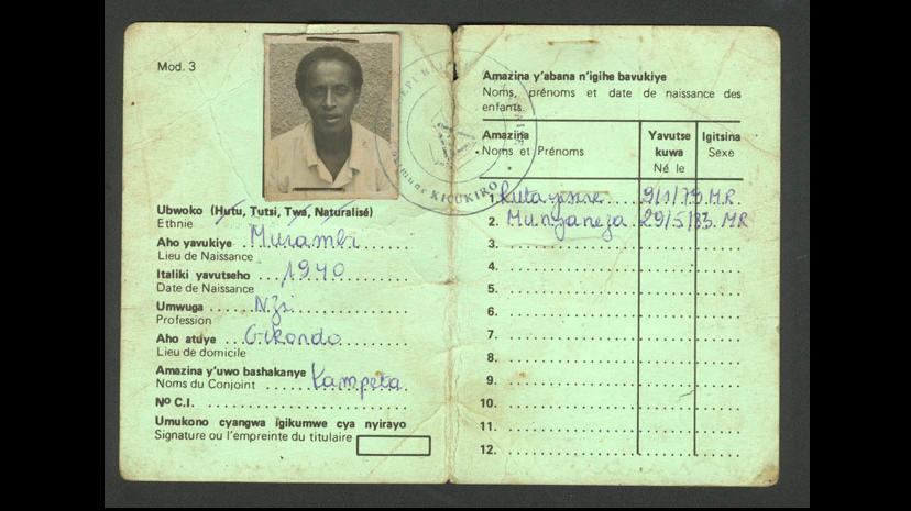 Étape 1 : Classification. En 1926, les colonisateurs belges introduisent au Rwanda un système de cartes d'identité différenciant les ethnies tutsie, hutue et twa. Ces politiques de classification exacerberont les tensions entre les communautés. Source : Kigali Genocide Memorial