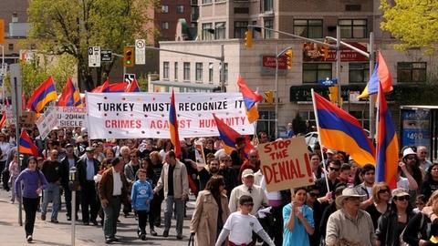 Étape 10 : Déni. Manifestation pour la reconnaissance du génocide arménien à Ottawa. Près de 100 ans après le début des massacres, la Turquie refuse toujours de reconnaître le génocide. Source : Comité national arménien du Québec