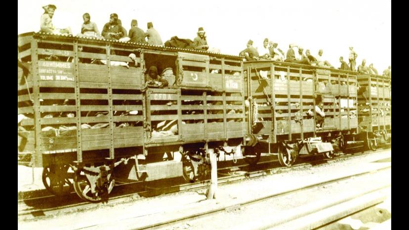 Étape 7 : Préparation. Déportation d'Arméniens par train vers le désert syrien. L'ensemble de population arménienne de Turquie est déportée en quelques mois. Les autorités savent alors que les chances de survie y sont presque nulles. Source : Copyright Deutsche Bank AG, Historisches Institut