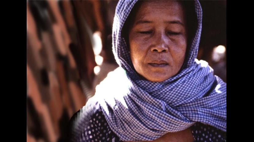 Étape 2 : Symbolisation. Pendant les six derniers mois du régime khmer rouge, les habitants des provinces de l'est du Cambodge sont identifiés par un foulard à carreaux bleus et blancs. En 1978, ils ont été accusés d'être des « Vietnamiens dans des corps de Khmers », ils sont déportés et souvent tués. Source : Copyright 1986 Gregory H Stanton