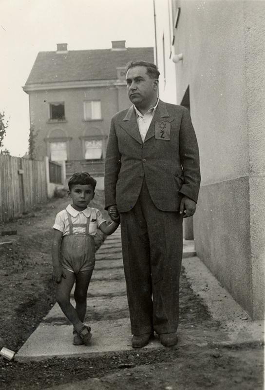 Emil Svarc et son père portant l'étoile jaune. Croatie, 1941. Collection du Musée de l'Holocauste Montréal
