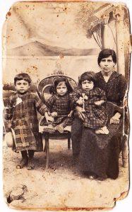 Les jumelles Mariam et Khoren Kouladjian avec leur mère et leur cousin, 1923. Source : Collection de la famille Dermidjian.