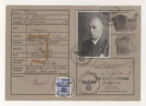 Les papiers d'identité de Karl Cahn marqués d'un « J » rouge l'identifiant comme Juif. Le prénom « Israël » a été ajouté à la suite à une loi promulguée par le régime nazi en 1938.