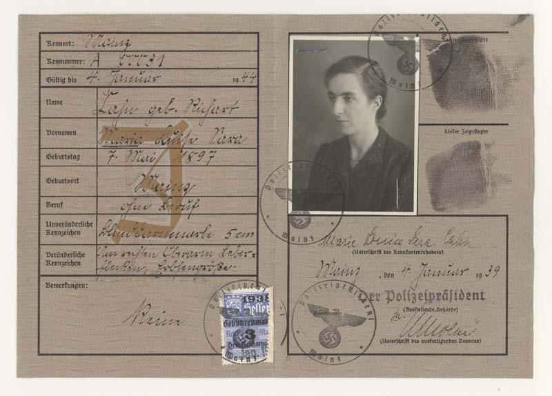 Un « J » rouge est également inscrit sur la carte d'identité de Marie Cahn. Le prénom « Sara » accentue la stigmatisation subie par Marie.